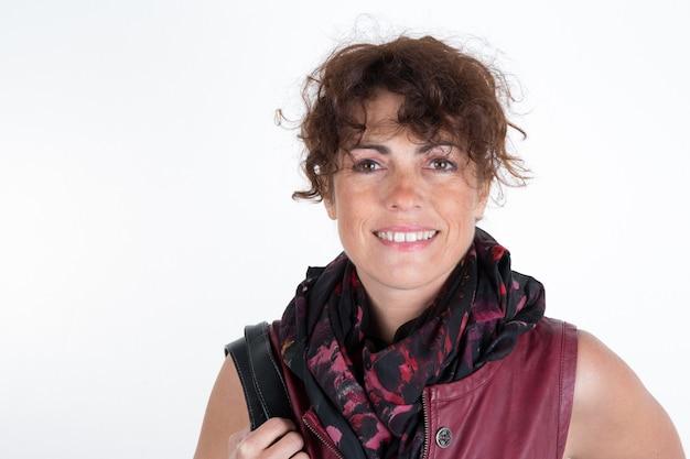 Mulher feliz sobre a decoração de hanukkah branca usando vestido, cachecol e bolsa cor de vinho