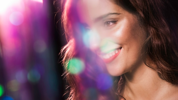 Mulher feliz sorrindo e efeito turva brilhos