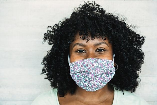 Mulher feliz sorrindo sob máscara protetora