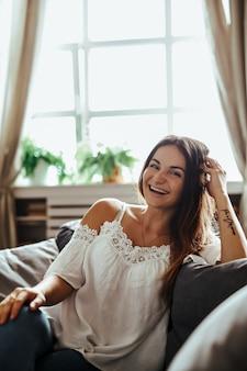 Mulher feliz sorrindo