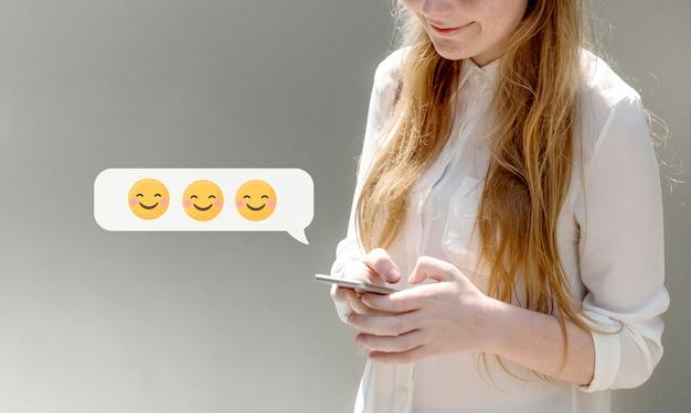Mulher feliz, texting