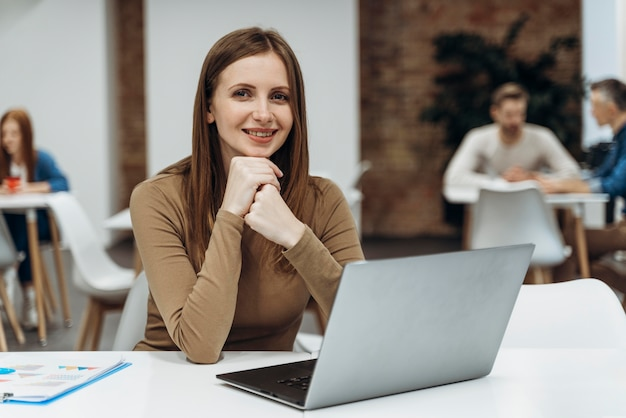 Mulher feliz trabalhando em um laptop