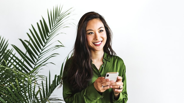 Mulher feliz usando celular