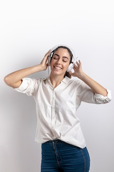 Mulher feliz usando fones de ouvido com espaço de cópia