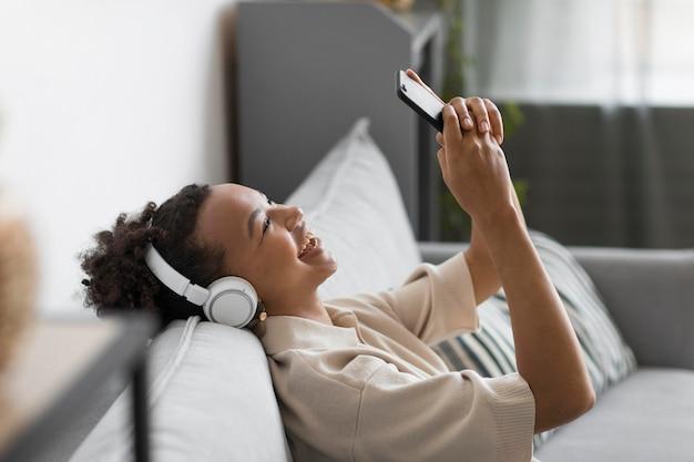 Mulher feliz usando fones de ouvido