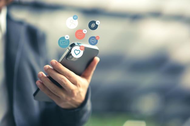 Mulher feliz usando marketing de mídia social em smartphone móvel