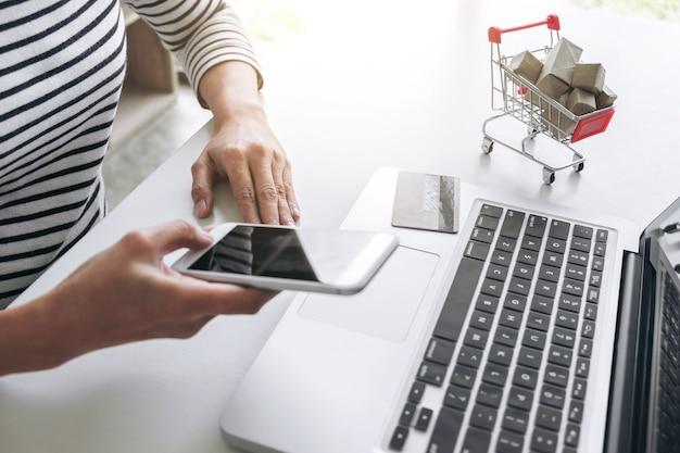 Mulher feliz usando telefone inteligente e cartão de crédito registrar pagamentos compras on-line e personalizado