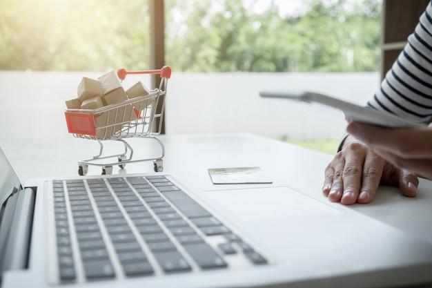 Mulher feliz usando telefone inteligente e cartão de crédito registrar pagamentos compras on-line