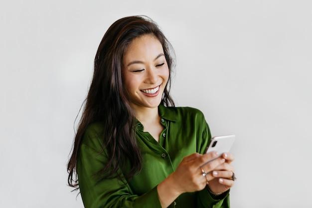 Mulher feliz usando um telefone celular