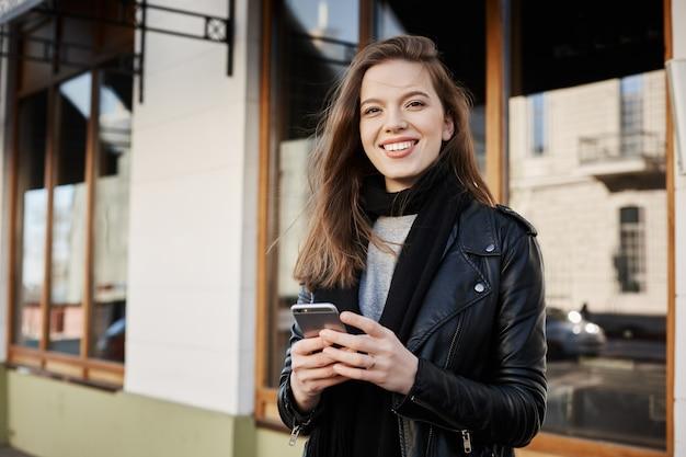 Mulher feminina atraente em roupas da moda, andando pela cidade