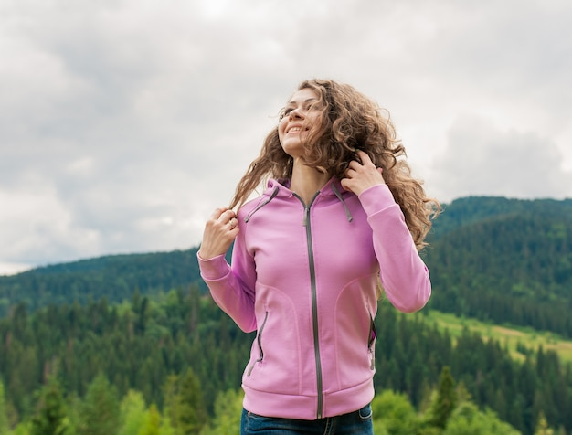 Mulher feminina, caminhadas nas montanhas