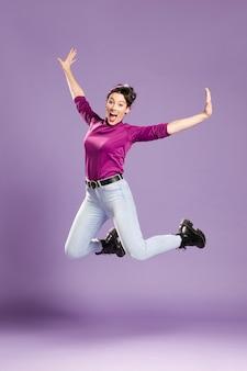 Mulher feminista pulando e esticando os braços