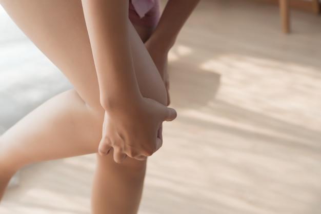Mulher ferida com dor no joelho ou lesão na perna