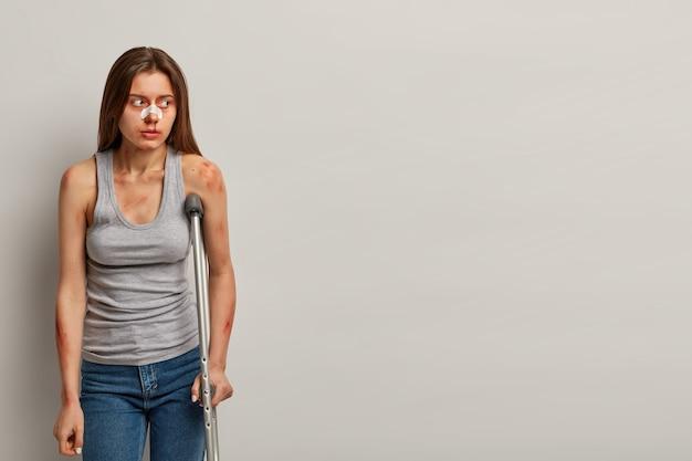 Mulher ferida se recupera após acidente com muletas isoladas