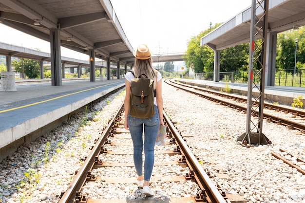 Mulher, ferrovia, trilhas, atrás de