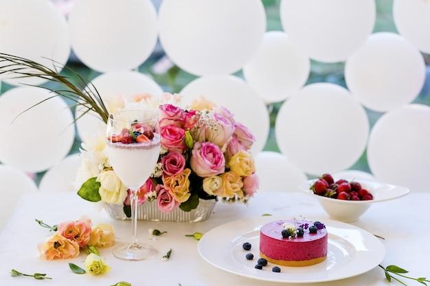 Mulher festa aniversário manhã sobremesa coquetel conceito. bela decoração. comida e bebidas deliciosas.