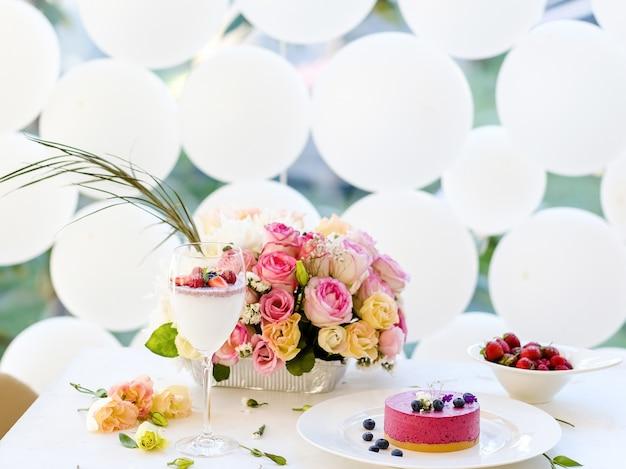 Mulher festa aniversário manhã sobremesa coquetel conceito. linda decoração