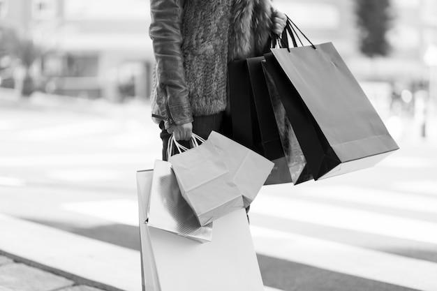 Mulher, ficar, com, bolsas para compras, ligado, rua