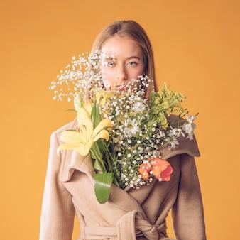Mulher, ficar, com, buquê flores, em, agasalho
