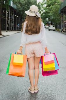 Mulher, ficar, estrada, shopping, sacolas