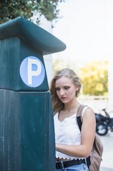 Mulher, ficar, perto, lote estacionamento, em, ao ar livre
