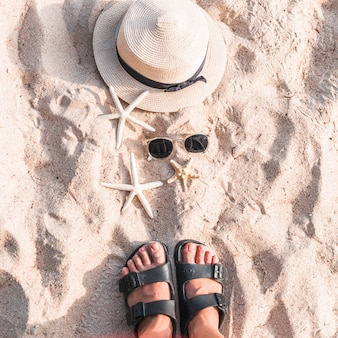 Mulher, ficar, praia, areia, starfishes