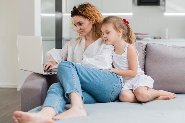 Mulher filha, sentar sofá