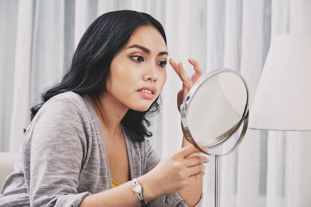 Mulher filipina que ajusta a composição