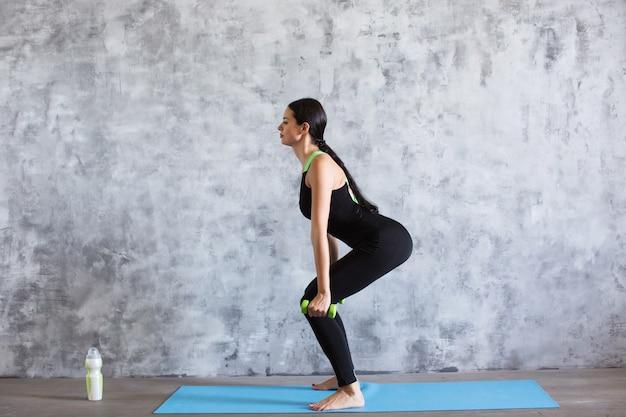 Mulher fitness com halteres fazendo exercícios