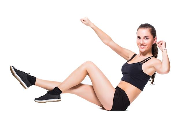 Mulher fitness fazendo exercícios de alongamento isolado no fundo branco