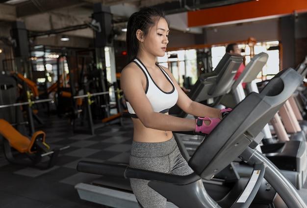 Mulher fitness ginásio de mulher tomando a perda de peso para os músculos do construtor de atleta magro e firme