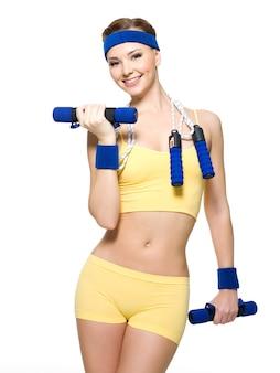 Mulher fitness levantando pesos isolados no branco