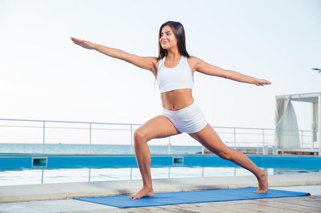 Mulher fitness malhando ao ar livre