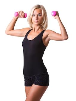 Mulher fitness malhando com halteres isolado no fundo branco