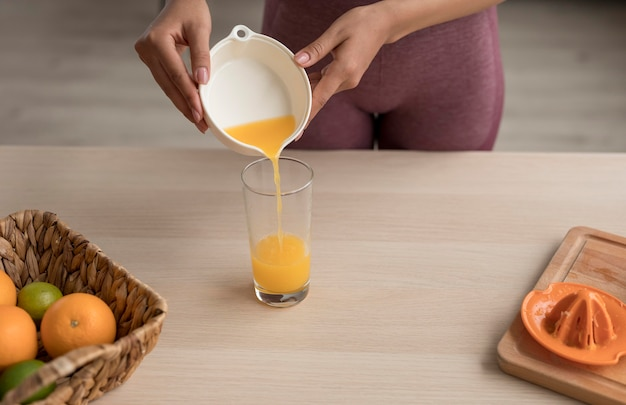 Mulher fitness preparando um suco de fruta saudável Foto Premium