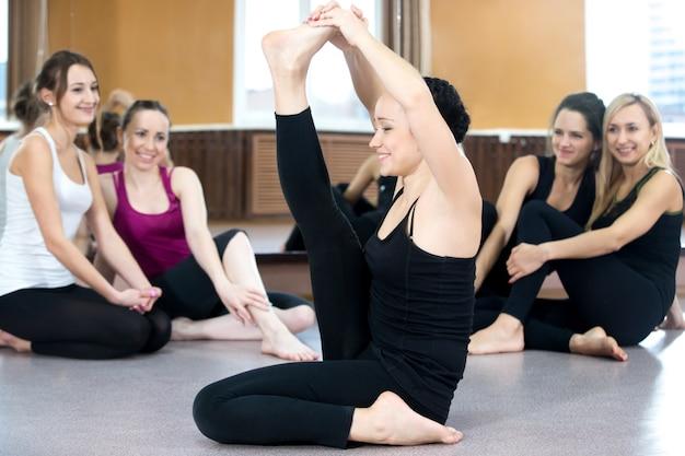 Mulher flexível com seus parceiros