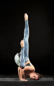 Mulher flexível, demonstrando a pose de anjo caído