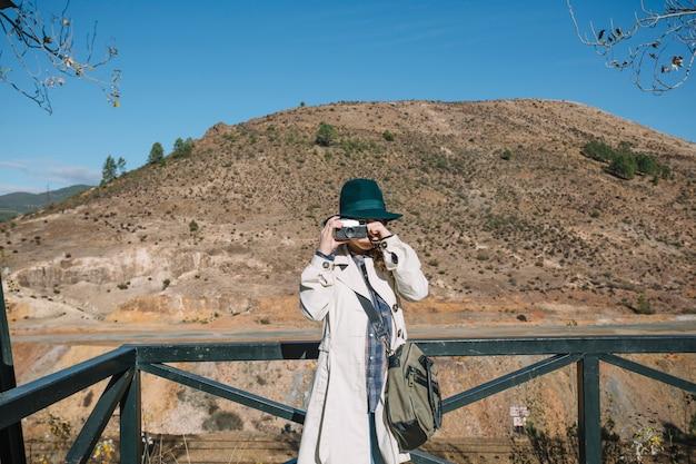 Mulher focada na câmera vintage