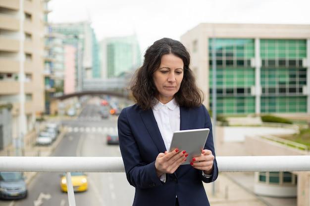 Mulher focada usando o tablet pc