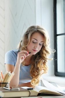 Mulher fofa estudando