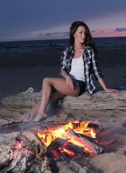 Mulher fofa na praia