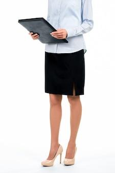 Mulher formalmente vestida com pasta. secretário segurando uma pasta de couro preto. alguns documentos você deve ver. indo para o escritório do chefe.