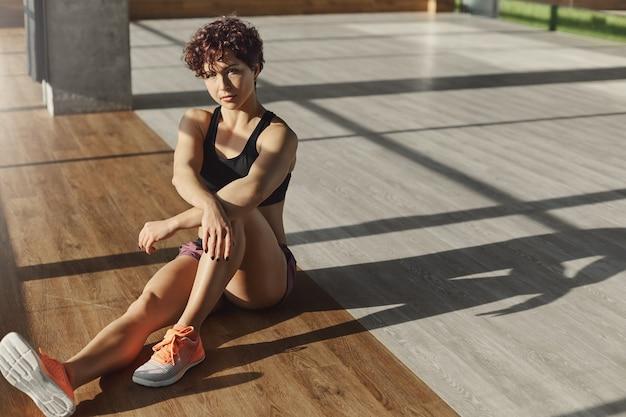 Mulher forte e forte e saudável e esportiva com sutiã esportivo,