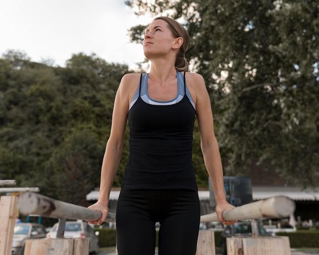 Mulher forte fazendo exercícios em roupas esportivas de frente