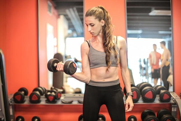 Mulher forte, levantamento de pesos na academia