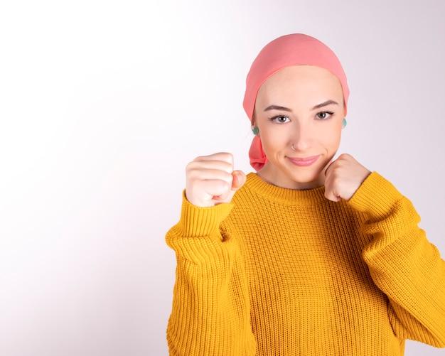 Mulher forte luta contra o câncer feliz