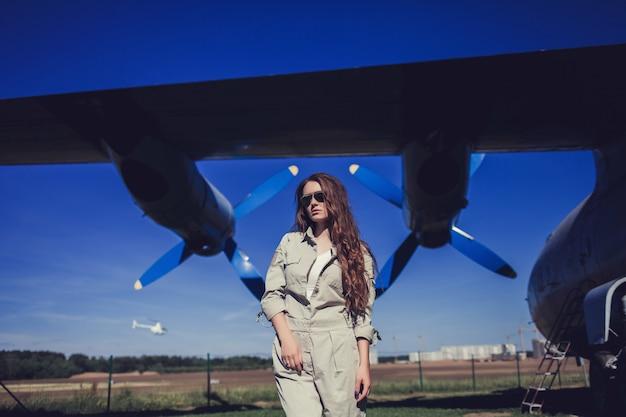 Mulher forte militar em uniforme e óculos de sol