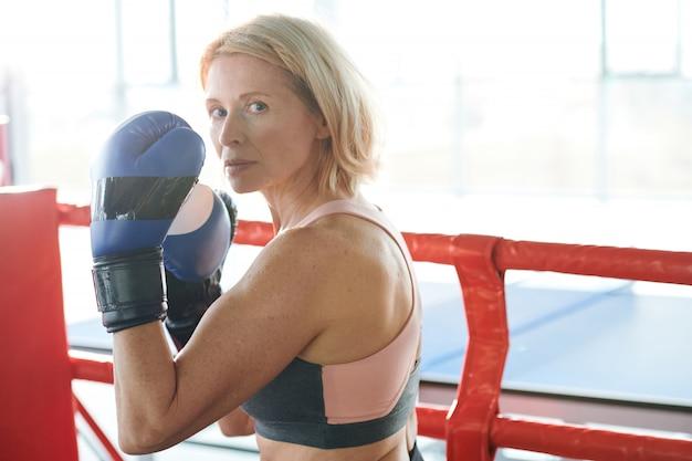 Mulher forte no ringue de boxe