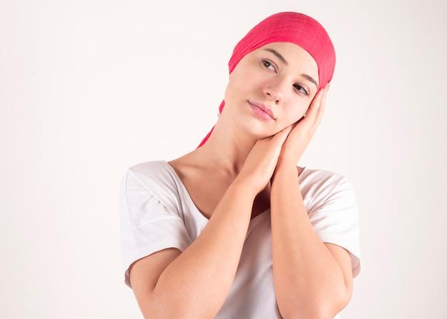 Mulher forte usando mantra cachecol conscientização do câncer de mama