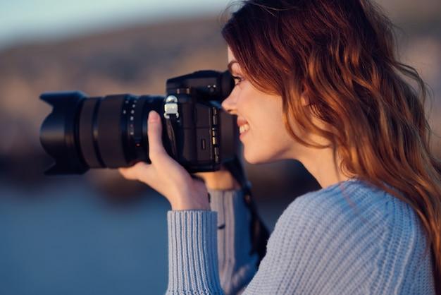 Mulher fotógrafa ao ar livre paisagem montanhas rochosas viajar